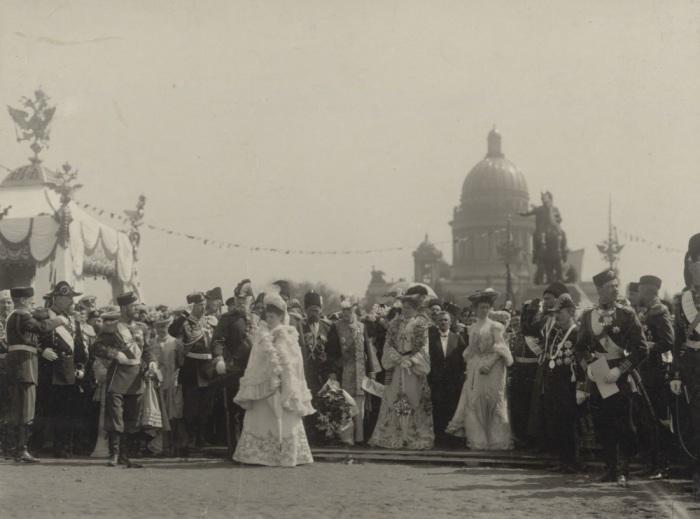 Николай II и Александра Федоровна в день празднования 200-летия Санкт-Петербурга в 1903 году.