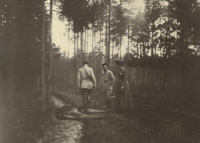 Николай II на охоте у убитого лося в 1900 году.