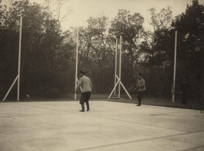 Николай II, играющий в большой теннис в 1902 году.