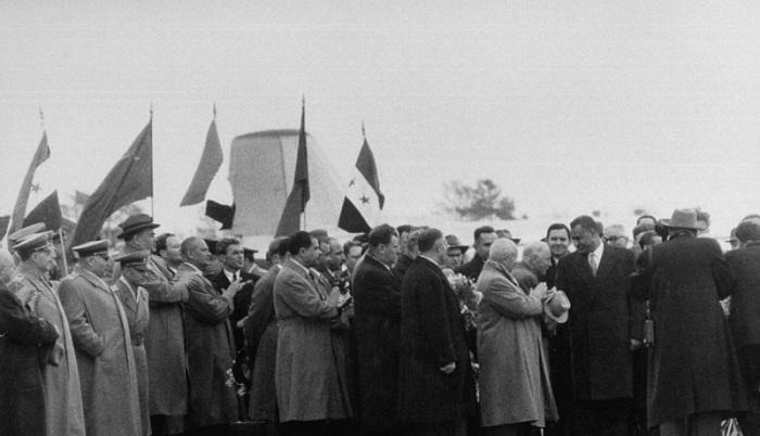 Никита Хрущев и толпы встречающих во время встречи Насера в московском аэропорту. СССР, Москва, 1958 год.