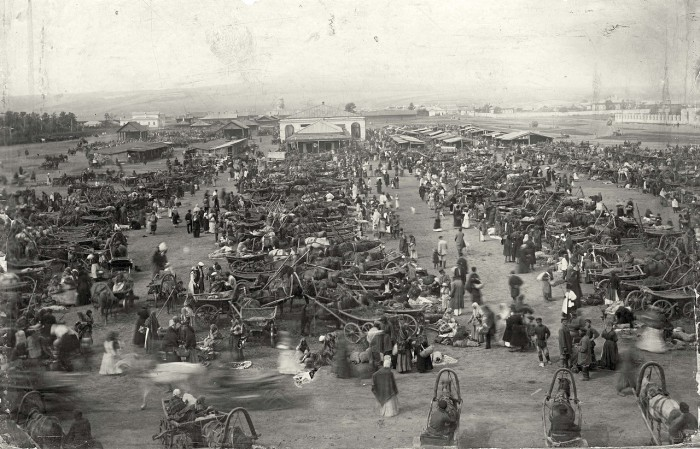 Ново-базарная площадь в разгар торговли.