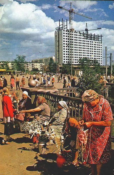 Торговля цветами на вокзальной площади. СССР, Новосибирск, 1970 год.