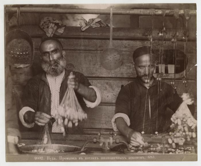 Промывка в котлах шелковичных коконов. Уездный город Нуха, Елизаветпольской губернии, у южной подошвы Главного Кавказского хребта.
