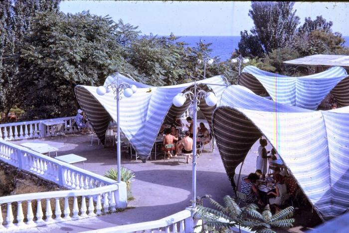 Кафе около пляжа с накрытыми тентами. Одесса, 1968 год.