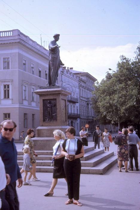 Памятник Дюку Ришелье у входа в морской порт. Одесса, 1968 год.