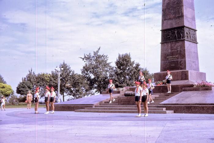 Пионеры фотографируются у памятника неизвестному матросу. Одесса, 1968 год.