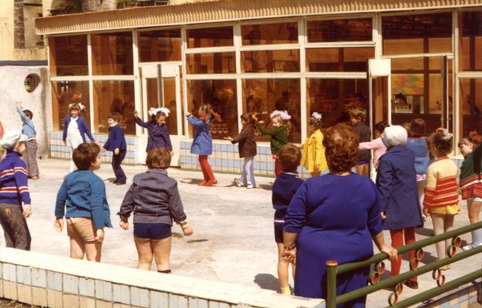 Дети на прогулке в детском садике. СССР, Одесса, 1977 год.