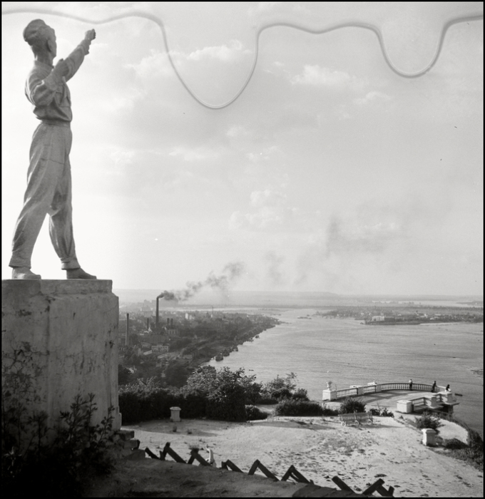 Противотанковые ежи возле  памятника пионеру. СССР, Киев, 1943 год.