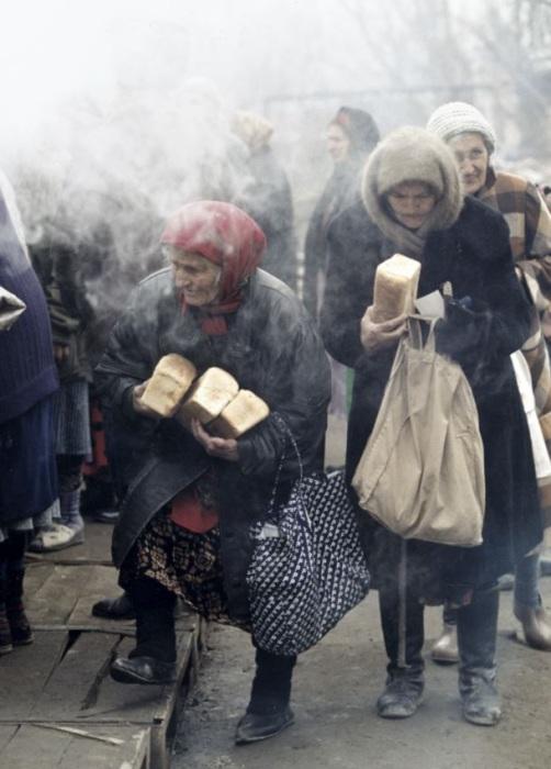 Пожилые женщины в Грозном во время Второй чеченской войны. Россия, 1999 год.