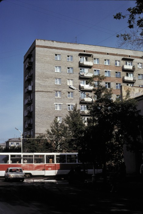 Трамвай на одной из улиц. СССР, Омск, 1979 год.