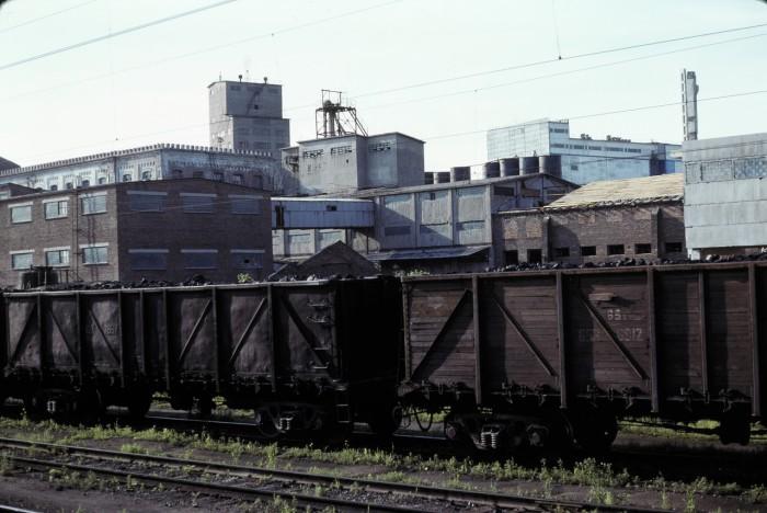 Транспортный поезд на окраине города. СССР, Омск, 1979 год.