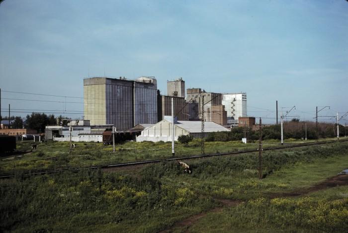 Завод на окраине города. СССР, Омск, 1979 год.