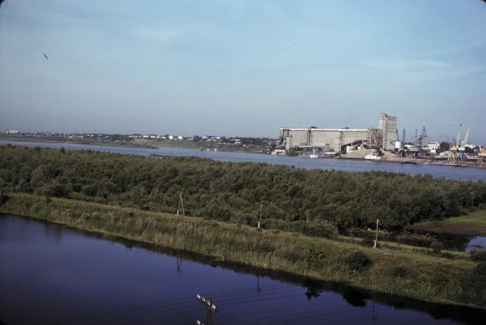 Река Иртыш и речной порт. СССР, Омск, 1979 год.