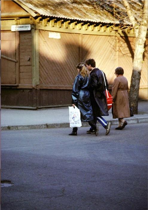 Молодая пара на улице Дзержинского. СССР, Иркутск, 1988 год.