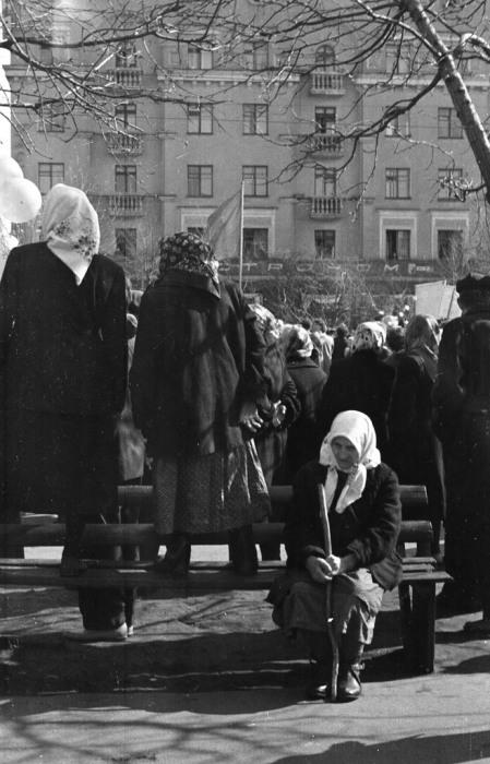 Бабушка на демонстрации сидящая на лавочке. СССР, Ярославль, 1950-е годы.