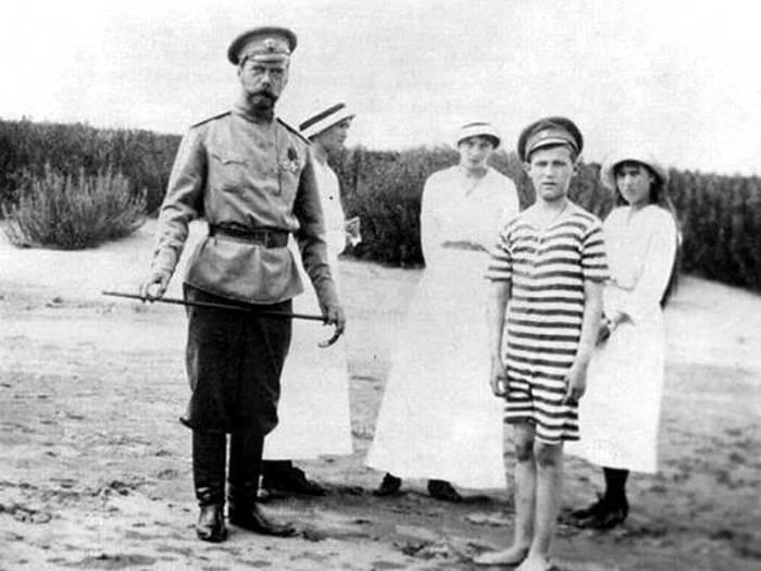 Императорская семья на берегу Днепра в 1916 году.