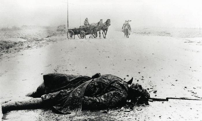 Убитый солдат на дороге. 1941 год.