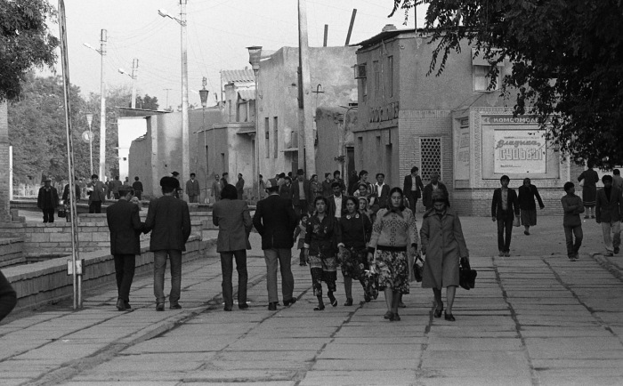 Пожилой мужчина, идущий по улице. СССР, Узбекистан, Бухара, 1984 год.
