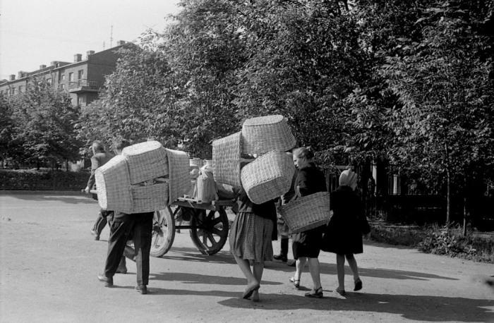 Люди, идущие торговать на рынок. СССР, Ярославль, 1970-е годы.