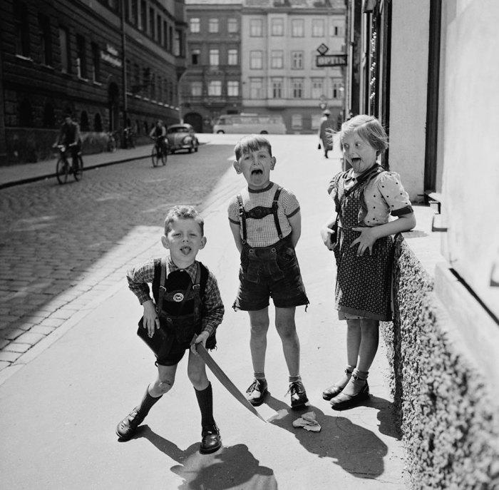 Дети гримасничают перед объективом фотоаппарата. Германия, 1955 год.
