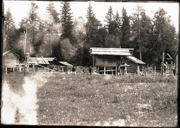 Остяцкие амбары на территории поселения.