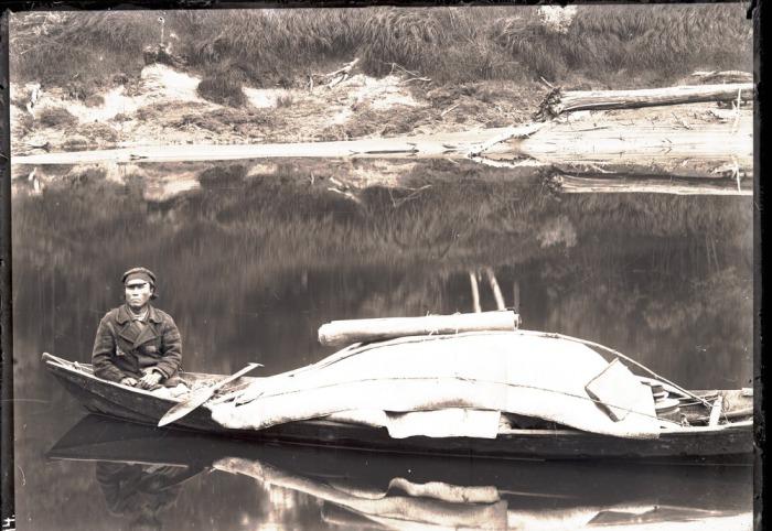 Остяк, путешествующий по реке в одиночестве.