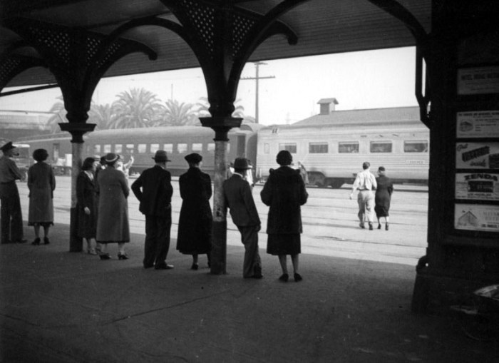 Ожидание поезда на станции. Лос-Анджелес, 1937 год.