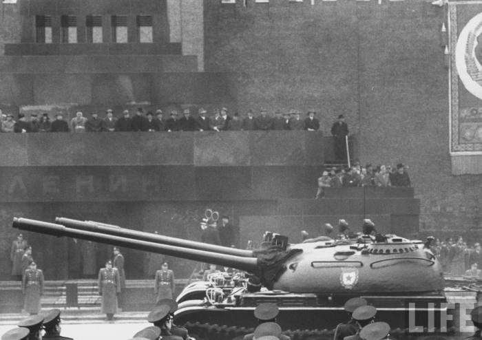 Прохождение военной техники во время военного парада на Красной площади. СССР, Москва, 1961 год.