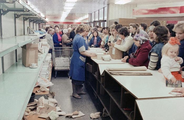 Толпы людей в магазине в пятницу 27 апреля 1990 года.