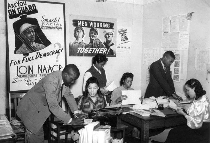 Люди, работающие в филиале национальной ассоциации содействия прогрессу цветного населения в Детройте, штат Мичиган, в 1940-х годах.