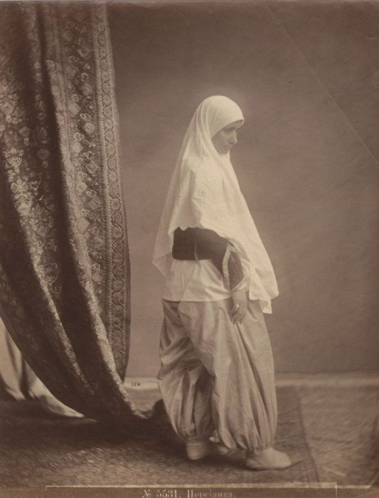 Персиянка в богатых одеждах.