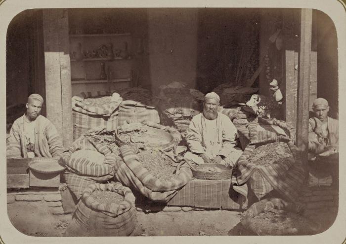 Мелочная торговля. Продажа табака и крашенных материалов. Киргизия, начало 20 века.