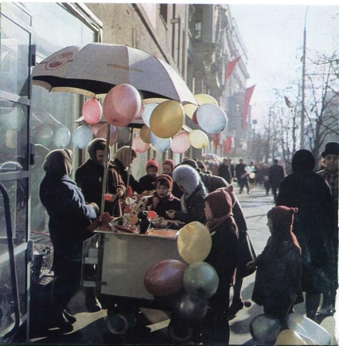 Продажа воздушных шаров в 1968 году.