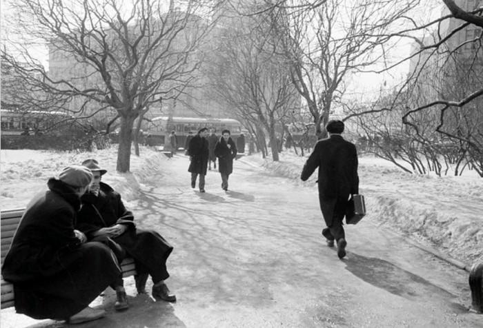 Посиделки зимой на скамейке на театральном проезде в 1950-х годах.