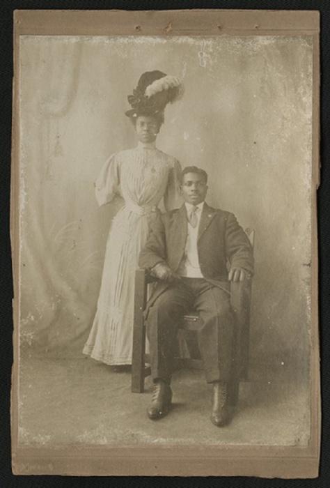 Фото конца XIX века изображает хорошо одетую пару темнокожих.