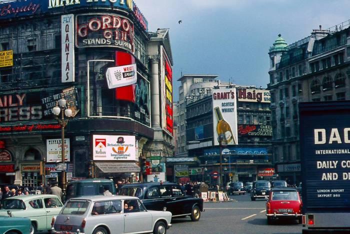 На улицах Лондона 1960-х: цветные фотографии крупнейшего мегаполиса Европы.