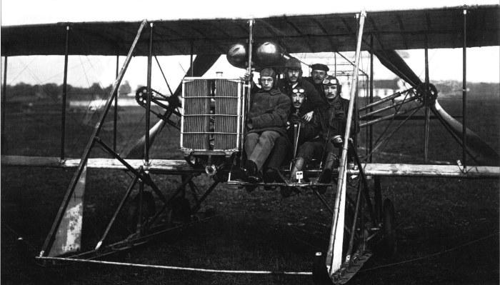 Летчик Абрамович со своим экипажем, совершивший перелет из Берлина в Санкт-Петербург. Россия, 1910 год.
