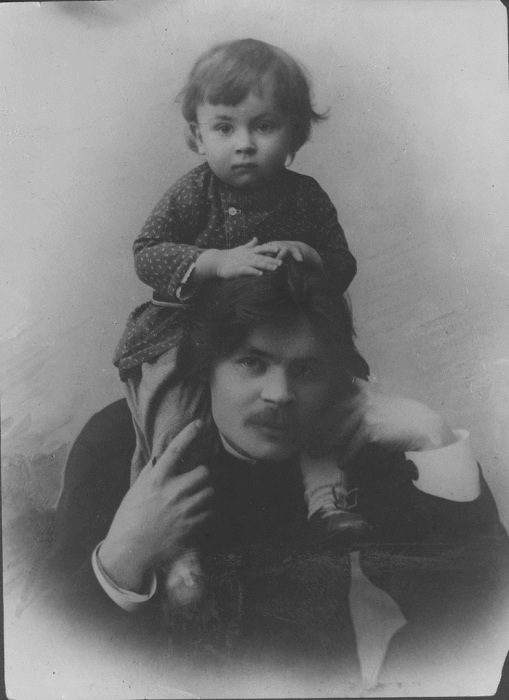 Портрет А. М. Горького с сыном Максимом. Город Нижний Новгород, 1899 год. Фото: M. P. Dmitriev