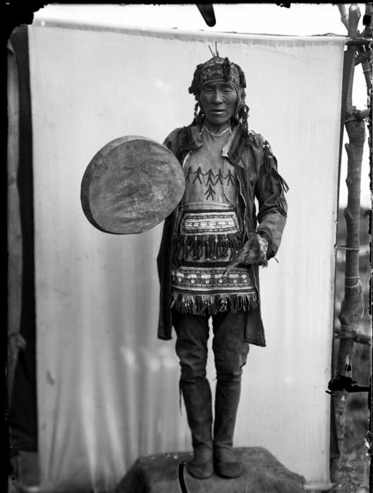 Портрет тунгусского шамана с кожаным бубном. Камчатский край, 1901 год.