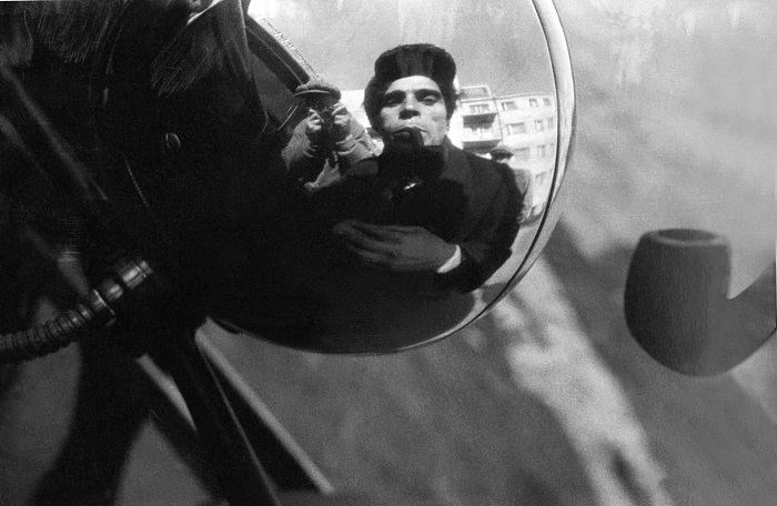 Отражение в боковом зеркале автомобиля фотографа и водителя в 1929 году. Фото: Alexander Rodchenko.