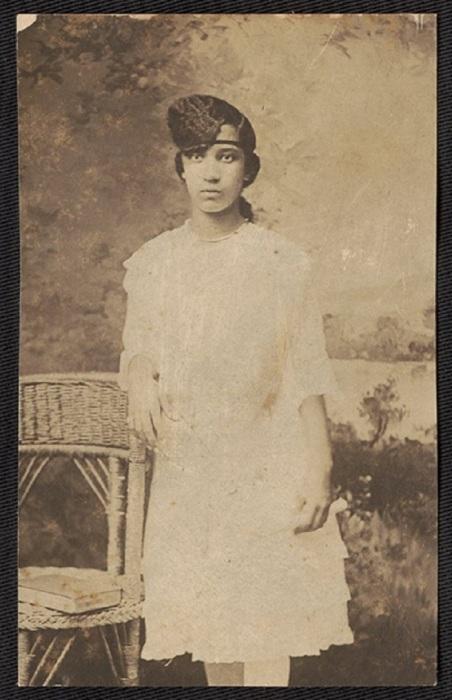 Портрет девушки в белом платье.