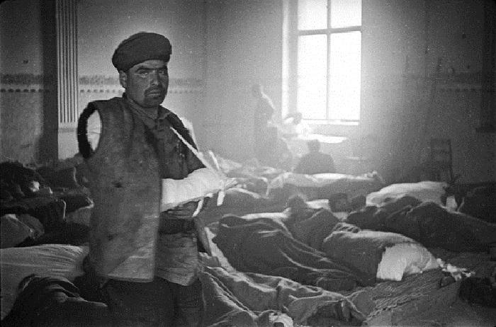Портрет красноармейца с загипсованной рукой в госпитале на территории Германии.