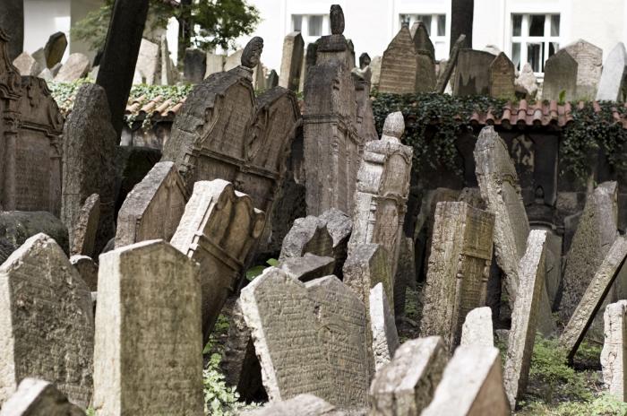 Старое еврейское кладбище, где по сей день продолжаются процессии. Чехия, Прага.