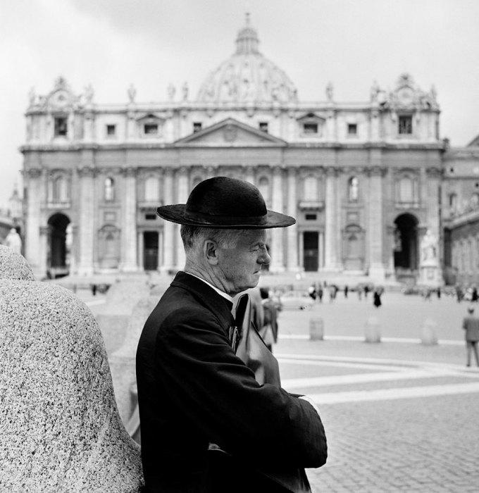 Священник молится перед входом в собор Святого Петра. Рим, 1956 год.