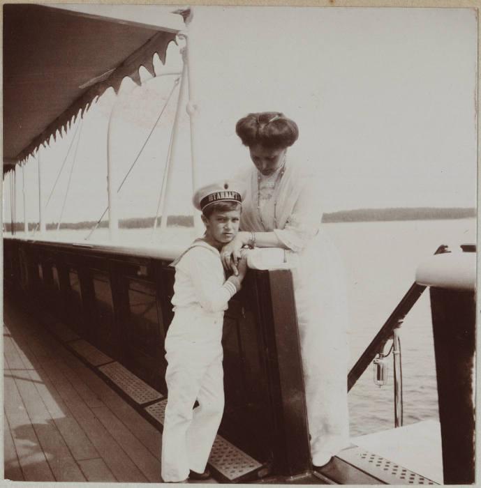 Цесаревич и императрица Александра Феодоровна на борту яхты Штандарт.