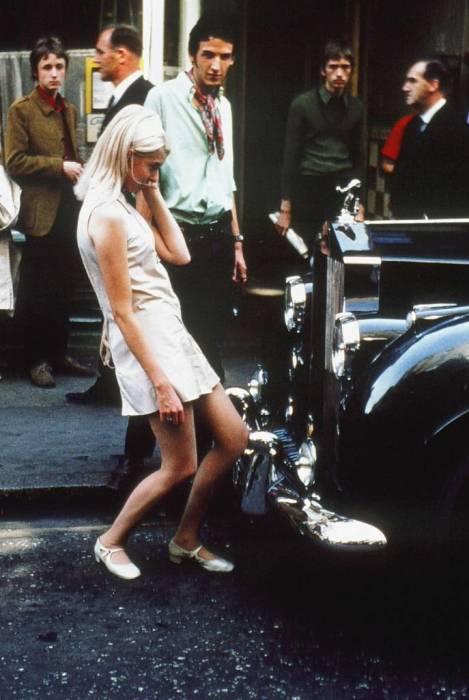 Девушка и шикарный автомобиль класса люкс в 1968 году.