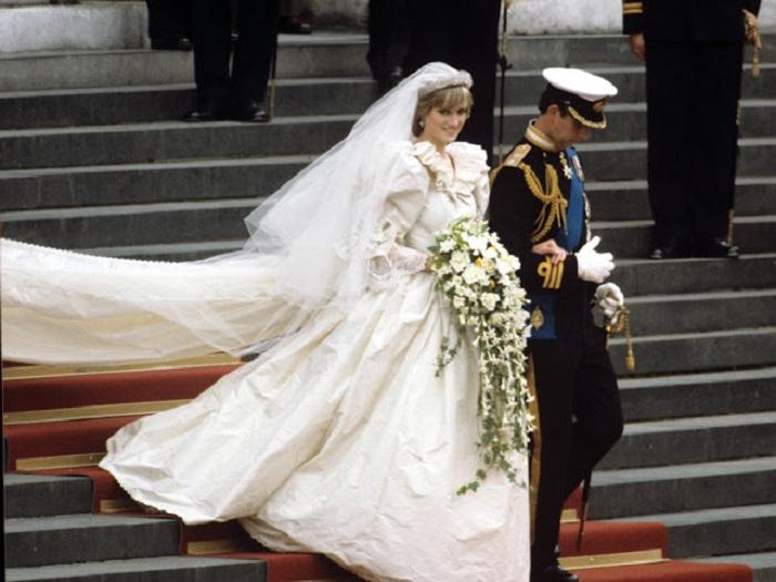 В строгих рамках королевского дресс-кода принцессе Диане удалось создать свой собственный неповторимый стиль.