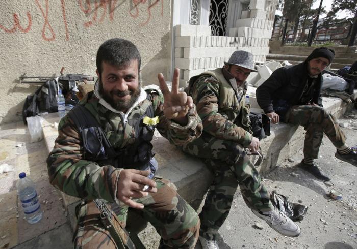 Боец, верный президенту Сирии Башару аль-Асаду в сирийском городе Ябруд, после того как они установили полный контроль над зоной в стратегической области Яламун, вблизи ливанской границы, 16 марта 2014.
