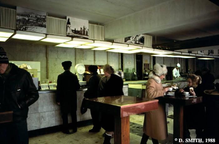 В одном из местных кафетериев. СССР, Пятигорск, 1988 год.