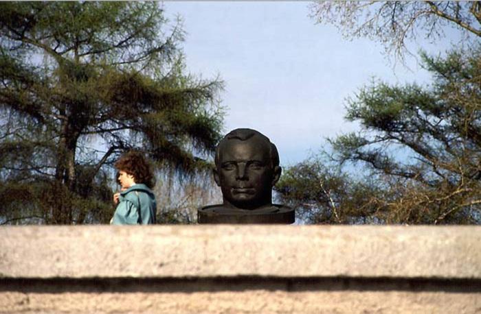 Памятник Гагарина на Бульваре Гагарина. СССР, Иркутск, 1988 год.